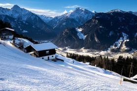 Pohled na zimní údolí Zillertalu